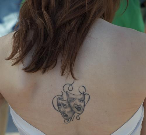 tatouage haut du dos
