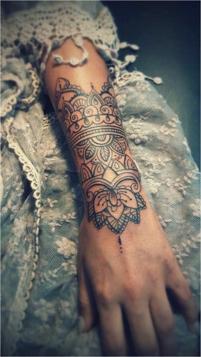 tatouage manchette femme