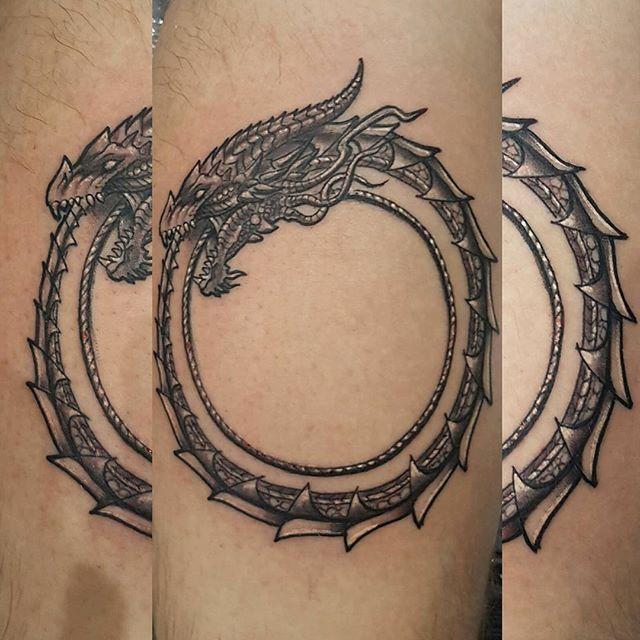 tatouage ouroboros