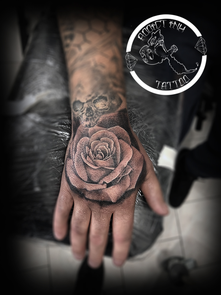 tatouage rose main