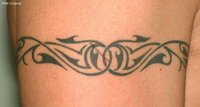 Tatouage bracelet biceps homme