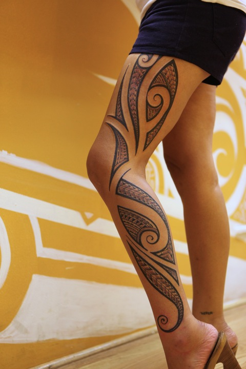 tatouage tribal cuisse femme