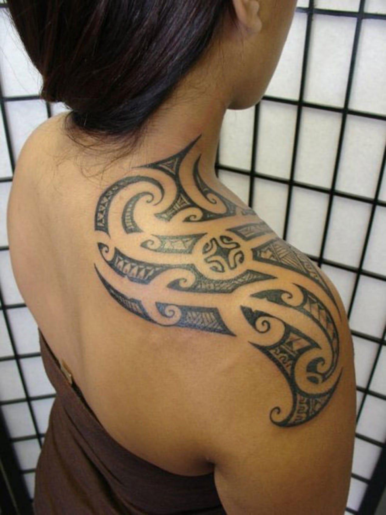 tatouage tribal epaule femme
