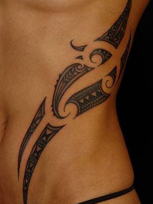 tatouage tribal femme ventre