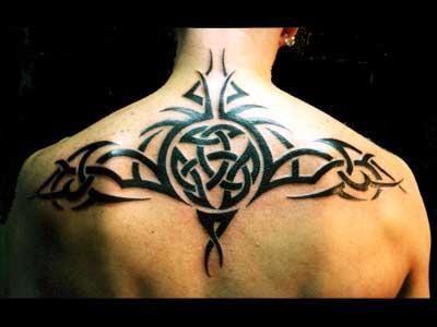 tatouage tribal haut du dos