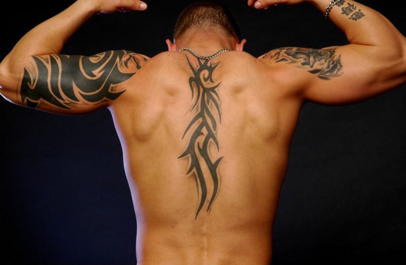 tatouage tribal homme dos