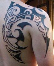 tatouage tribal omoplate homme