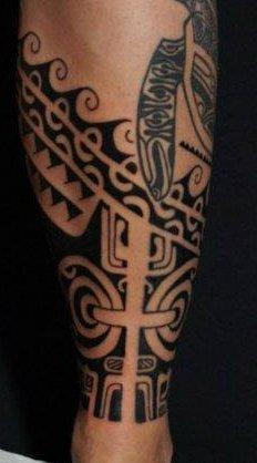 tatouage tribal tibia homme