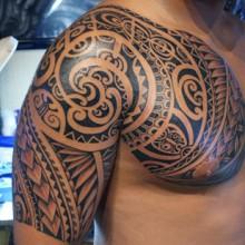 tatouage tribal torse epaule