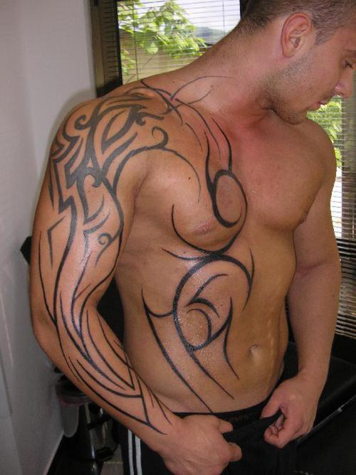 tatouage tribal torse et bras