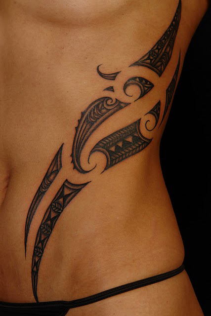 tatouage tribal ventre