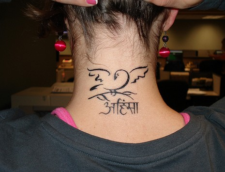 tatouage tribal femme nuque