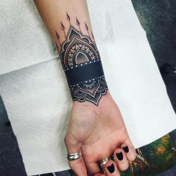 tatouage tribal femme poignet