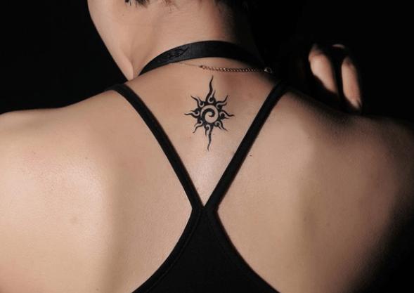 tatouage tribal nuque femme signification