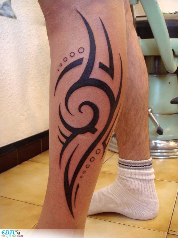 tatouage tribal sur mollet